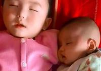 媽媽在做飯,4歲哥哥陪1歲弟弟睡覺,網友:看你還敢不敢生二胎