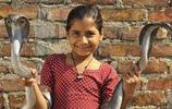 印度小學生髮現同桌竟然脖子上圍著眼鏡蛇來上學,學校勸阻無果後讓她退學