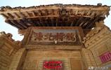 山西農村老宅門上鑲嵌一塊百年稀罕物,寫有4個字,出10萬不賣