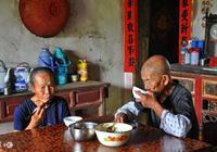 老伴65歲大壽,兒女吃飯不上桌,小孫子說出實情,我怒砸碗筷