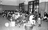 老照片:1969年除夕的臺灣人  帶著電飯鍋回家過年