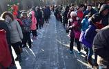 雍和宮二十五元門票,幾萬人排隊為喝一口臘八粥,人們圖的是啥?