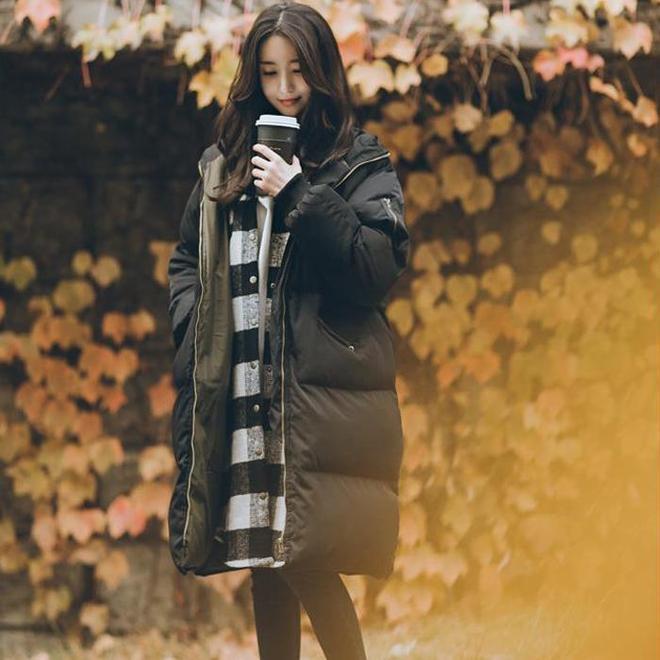 終於等到今年流行的羽絨服了:80女人搭馬丁靴穿,比皮草還洋氣