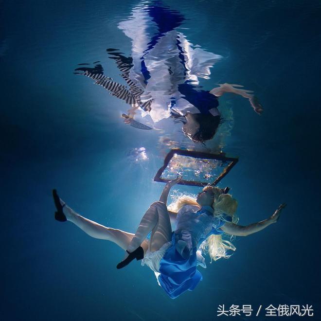 你見過水下的愛麗絲仙境嗎?攝影師這組照片讓耳目一新