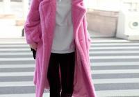 辣媽又美了!黃聖依穿粉色大衣少女感十足,黑色皮褲秀長腿吸睛