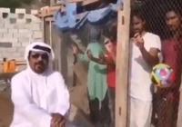 鎖進籠子裡不給出,阿聯酋男子迫使印度球迷改換主隊