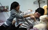 家庭連遭不幸,哥哥和父親都不幸去世,堅強女孩帶著癱瘓母親讀書