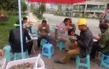 實拍農民工的伙食和吃飯場景:用樹枝做筷子,十塊錢一頓捨不得吃