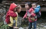 二孩時代,姐姐背弟弟哥哥帶妹妹又出現了,網友說:想起了童年