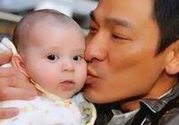 他在嬰兒時期被劉德華抱過,如今成為巨星,大家猜猜是誰?