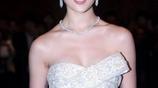 劉亦菲穿白色抹胸裙出席活動,裙子不慎滑落真的好尷尬!
