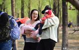 同一產房同一天出生的嬰兒,媽媽們把孩子抱出來,沐浴春光晒寶寶