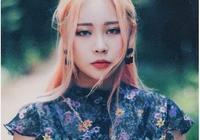 """紋身、穿孔、粉發、娃娃臉,這個不完美的""""壞女孩""""靠什麼成為韓國當下最夯時尚博主?"""