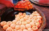 農村大集上特色小吃一出鍋就搶著交錢,0.8元一個,賣兩大盆面入賬千元以上