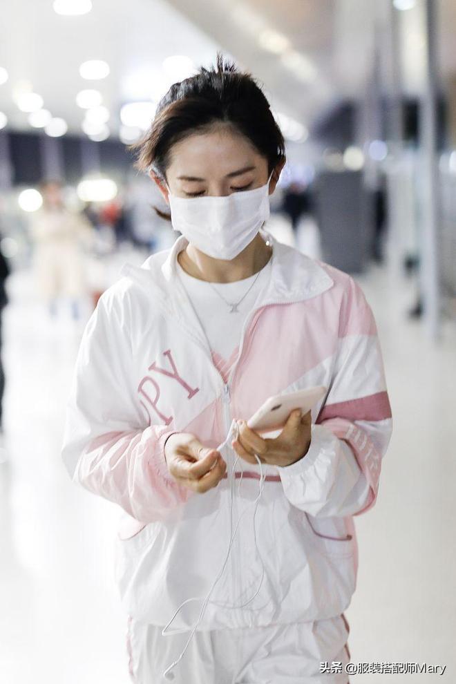 謝娜扎可愛丸子頭,穿著清爽運動裝現身機場,簡約穿搭時尚又減齡