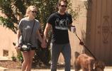 阿曼達·塞弗裡德牽手老公,洛杉磯街頭遛狗