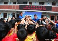 球員加里納利現身貴陽 親手教學生打籃球