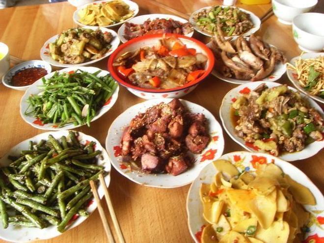農村老家長輩請我去吃飯,看了這三家美食,你最想吃哪一家的?