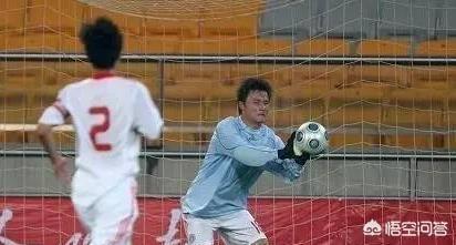 足球比賽中已完成3個換人,守門員又被罰下,可以讓外籍球員客串守門員嗎?