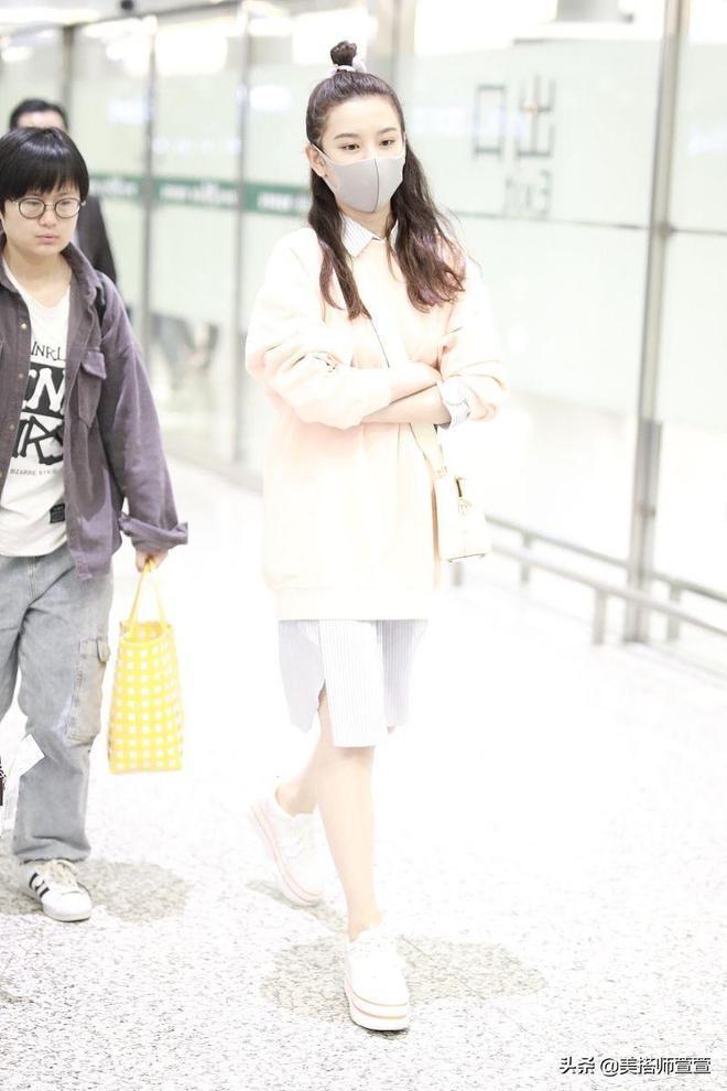 宋祖兒清新穿搭現身機場,粉色衛衣凸顯滿滿少女味