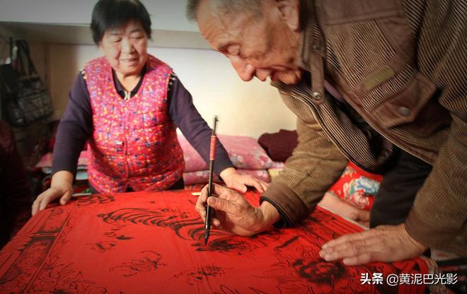 7旬農民大爺做被面畫50年全送給村裡人,卻從來不收錢,為啥