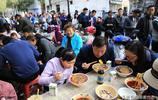 碗中紅油飄香,大塊肉片覆蓋在麵條之上,網友說:晚上看了餓啊