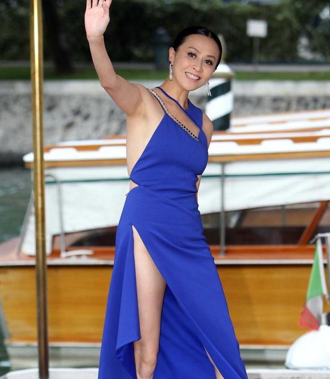 52歲劉嘉玲穿高叉裙出席活動,大秀性感身材