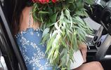 前維密超模亞歷桑德拉·安布羅休手捧鮮花現身,人比花嬌豔