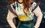 唐嫣活動美照,時尚外套搭配皮質短裙十分迷人