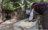 棗莊山亭石頭部落,人們用石磨碾米磨豆漿,眾多遊客慕名前來遊覽
