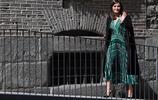 萊蒂齊亞王后參觀皇家修道院,黑色風衣混搭綠裙,顯出優雅氣質