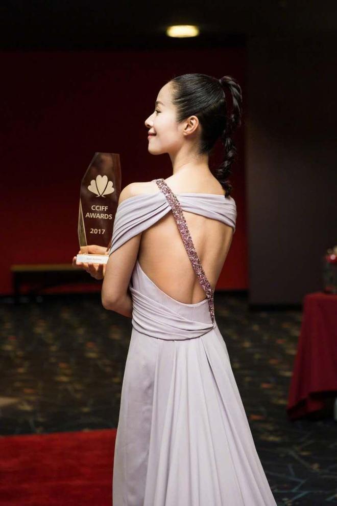 江一燕裸粉色露背長裙,搭配少女感十足的麻花辮,清新優雅
