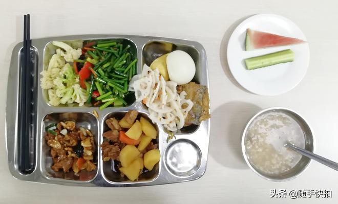 你單位裡的食堂飯菜好吃嗎?來看看這位90後小夥單位食堂的飯菜吧