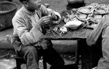 老照片帶你看看1945年的上海是什麼樣,圖一正在吃螃蟹