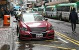 莫非現在的車位緊缺程度,要一臺車騎著另一臺車?丨街拍投稿64期