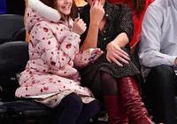 小蘇瑞粉色印花棉衣搭筒靴美成小仙女,媽媽僅穿條波點裙不冷嗎?