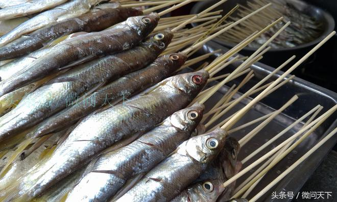 這小魚不論斤賣論個賣,用個竹籤串起來卻能讓價錢翻幾倍