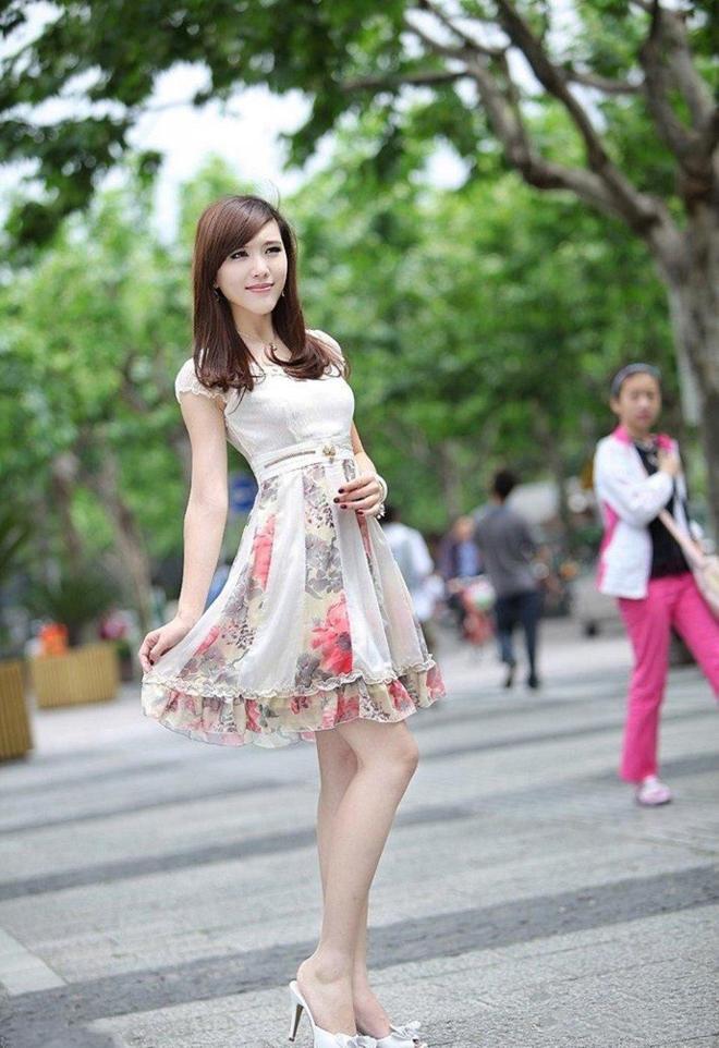 小智圖說-街邊散步偶遇一位穿花色短裙的優雅氣質美女笑容迷人!