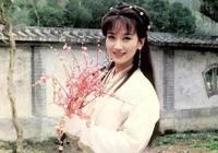 65歲趙雅芝撞上29歲李沁!同穿藍色毛衣俏皮減齡,氣質不輸小花