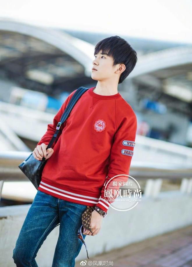 易烊千璽身穿紅色衛衣現身機場街拍,網友:紅色太適合你了
