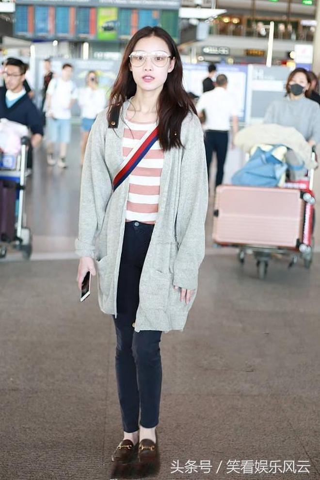 倪妮現身機場淺灰色針織長衫,粉紅色條紋T恤,低調性感!