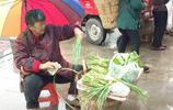 農村70歲老太太為了生活雨中集市賣菜,細問背後原因令人心酸