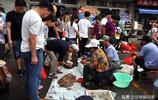 休漁期 青島海鮮熱賣 梭子蟹成堆賣18元一斤 大蝦成遊客購鮮必備