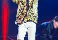 同款花襯衣穿出不同範,王子異配破洞褲張揚,吳亦凡西褲皮鞋有型