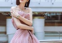 佟麗婭這身粉色豆沙裙真好看,洋氣又少女,短髮氣質真的好絕