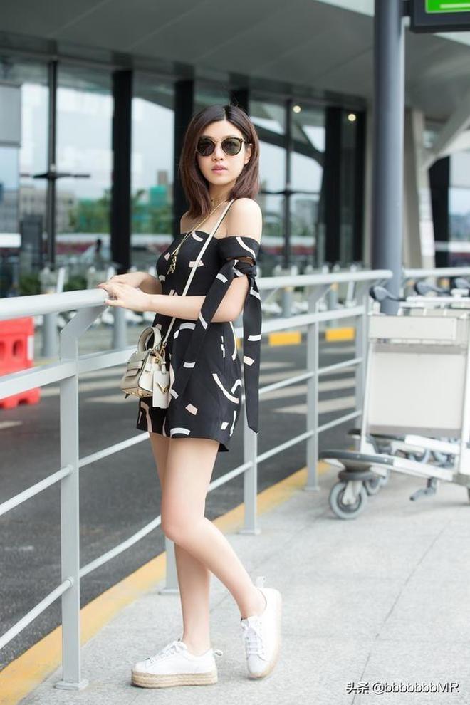 陳妍希 機場街拍,小露香肩美腿,甜美與可愛。 