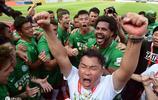 和富大埔首次奪得港超冠軍,眾球員坐巴士大巡遊慶祝