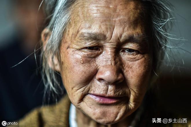 6旬老奶奶獨自照顧5個孩子,卻把上門女婿嚇跑了,看日子過成啥樣