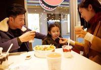 上海迪士尼一家三口遊玩,吃飯花費超千元,網友:家裡有礦才敢去