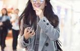 謝娜懷孕後現身機場,手機熱聊心情大好,穿的比馬伊琍還漂亮
